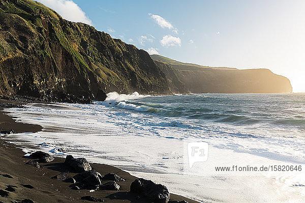 Felsige Küstenlinie und Strand  Insel Sao Miguel  Azoren  Portugal
