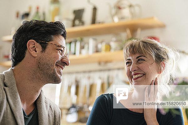 Glückliches Paar lächelt sich zu Hause in der Küche an