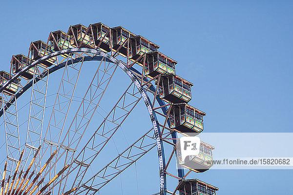 Deutschland  Bayern  München  Niederwinkelansicht des Riesenrads vor klarem Himmel