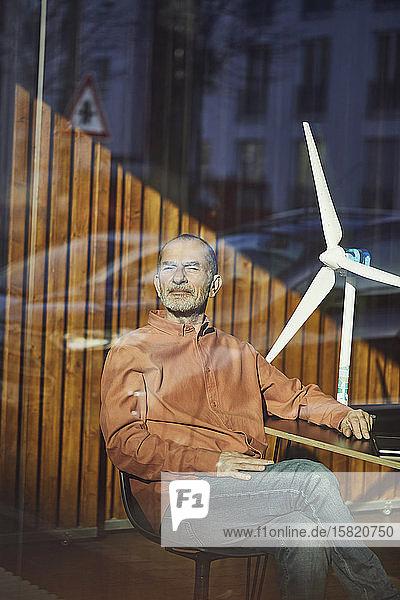 Leitender Ingenieur sitzt in seinem umweltfreundlichen Büro