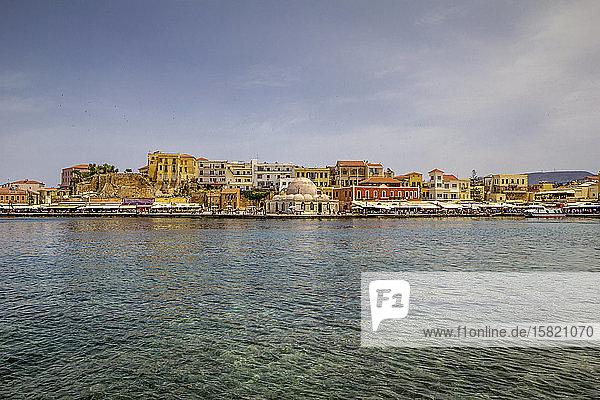 Griechenland  Kreta  Chania  Hafen der Küstenstadt mit der Kucuk-Hasan-Pascha-Moschee im Hintergrund