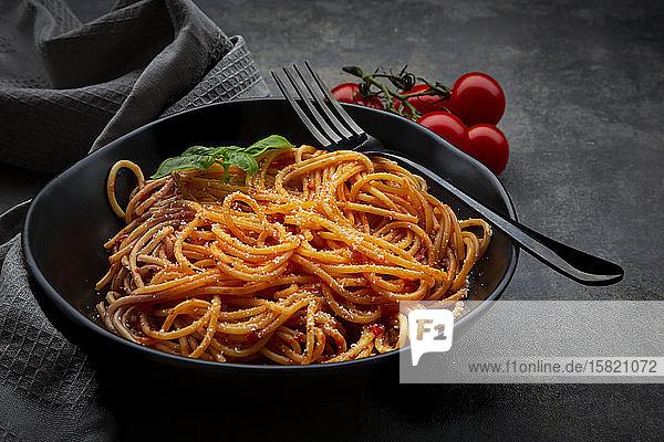 Schüssel Spaghetti mit Basilikum und Parmesan