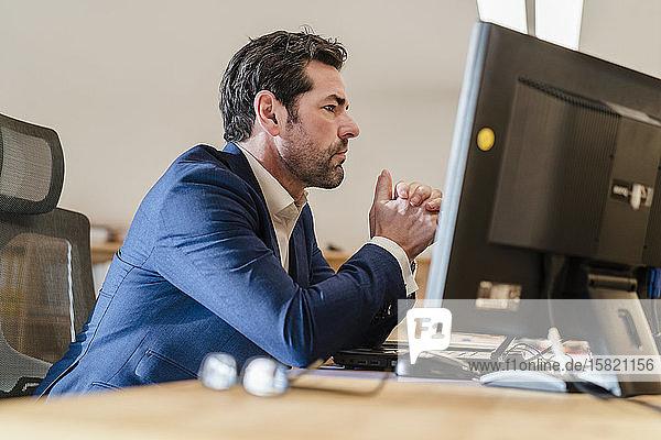Porträt eines Geschäftsmannes am Schreibtisch im Büro