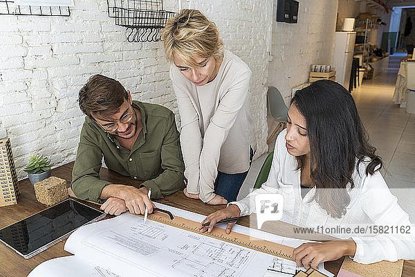 Kollegen diskutieren im Architekturbüro