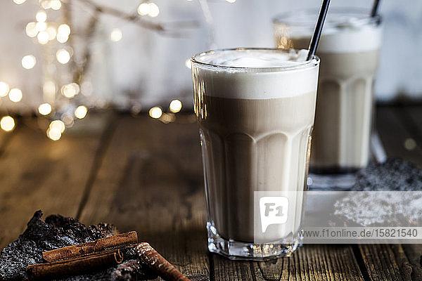 Glas eisgekühlter Chai mit Milchschaum und Zimt