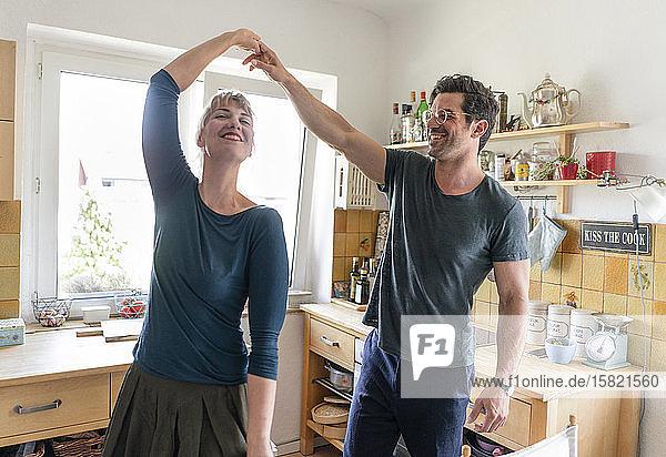 Glückliches Paar tanzt zu Hause in der Küche