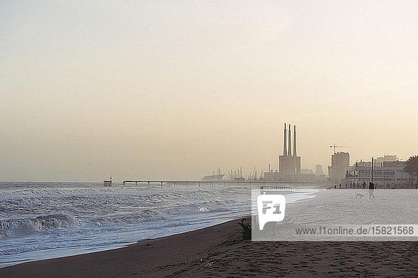 Spanien  Barcelona  Badalona  Klarer Himmel über dem sandigen Küstenstrand in der Abenddämmerung