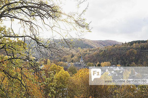 Deutschland  Nordrhein-Westfalen  Einruhr  Dorf von bewaldeten Hügeln umgeben im Herbst