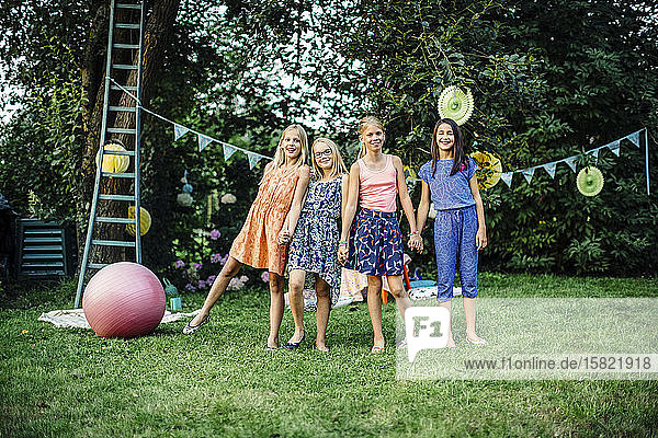 Porträt von glücklichen Mädchen auf einer Geburtstagsfeier im Freien Porträt von glücklichen Mädchen auf einer Geburtstagsfeier im Freien