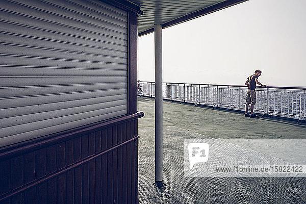 Junger Mann beobachtet das Meer  steht auf einer Fähre  Kanarische Inseln  Spanien