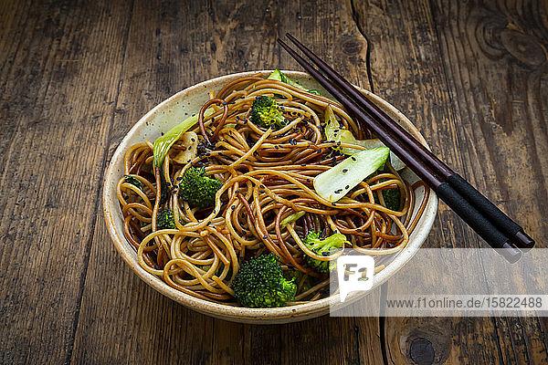 Schale mit japanischen Soba-Nudeln mit Bok Choy  Brokkoli  Sojasauce und schwarzem Sesam