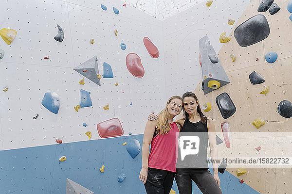 Porträt von zwei lächelnden Frauen in der Kletterhalle