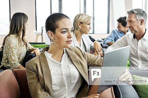 Geschäftsleute treffen sich in der Sitzecke und unterhalten sich