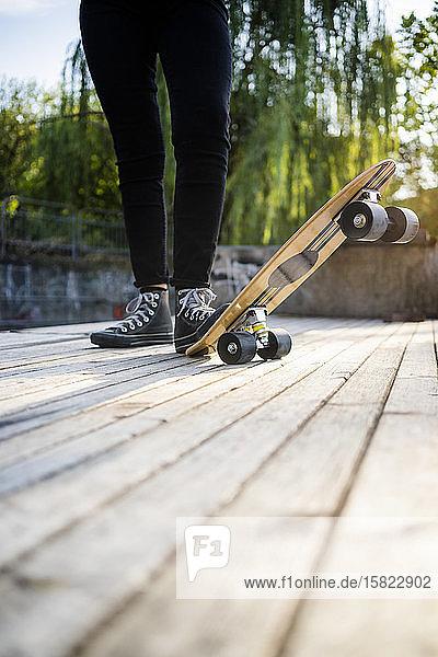 Junge Frau in einem Skatepark