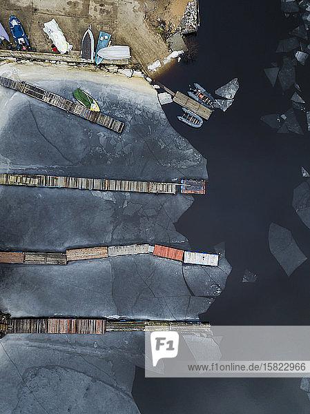 Russland  Sankt Petersburg  Sestroretsk  Luftaufnahme der Anlegestellen am gefrorenen Ufer des Finnischen Meerbusens