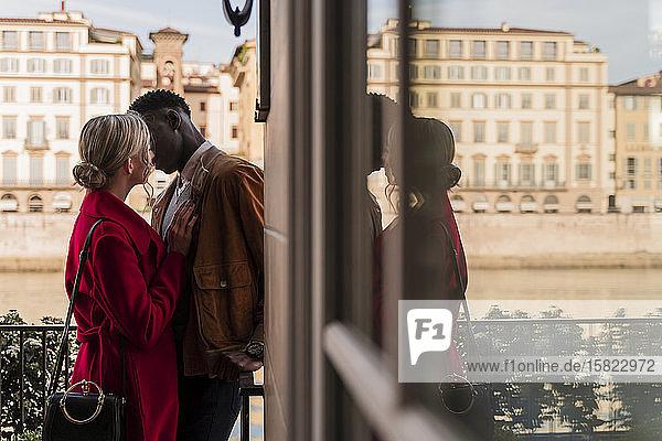 Zärtliches junges Paar küsst sich in der Stadt Florenz  Italien
