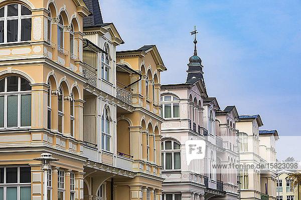 Deutschland  Mecklenburg-Vorpommern  Heringsdorf  Reihe von Gründerzeitvillen entlang der Bergstraße