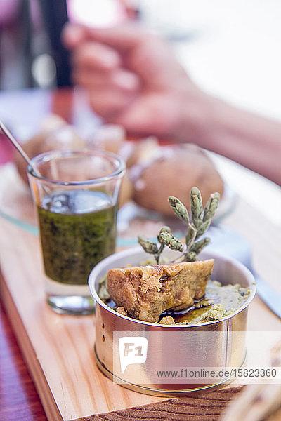 Almogrote-Käsepaste und Mojo-Verde-Soße in Olivenöl  traditionelles Essen der Kanarischen Inseln  Spanien