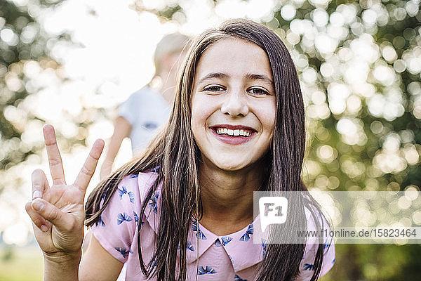 Porträt eines glücklichen Mädchens auf einer Geburtstagsfeier im Freien Porträt eines glücklichen Mädchens auf einer Geburtstagsfeier im Freien