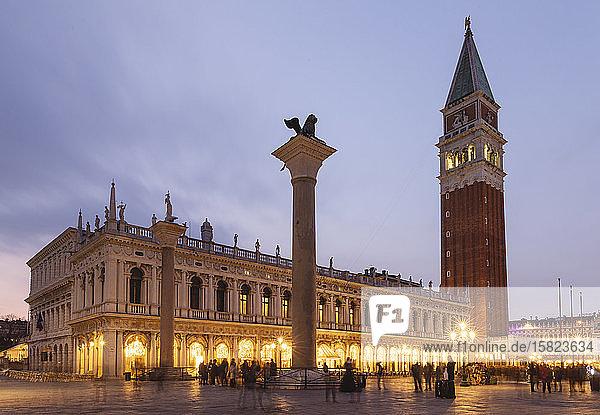 Italien  Venedig  Piazza San Marco und Dogenpalast in der Abenddämmerung