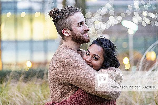 Junges Paar umarmt sich in der Stadt