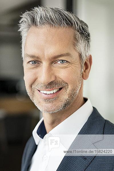 Porträt eines erfolgreichen  lächelnden Geschäftsmannes