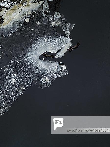 Russland  Sankt Petersburg  Sestroretsk  Luftaufnahme des am eisigen Ufer des Finnischen Meerbusens vertäuten Bootes