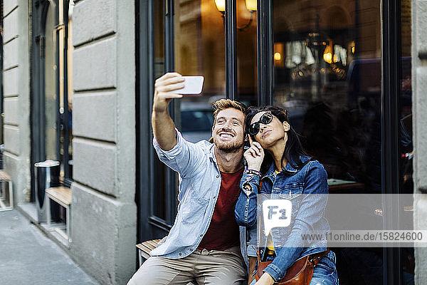 Glückliches junges Paar  das ein Selfie in der Stadt macht  Mailand  Italien