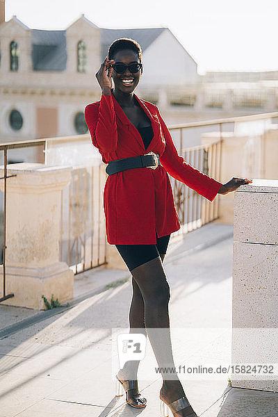 Junge Frau in roter Jacke in der Stadt
