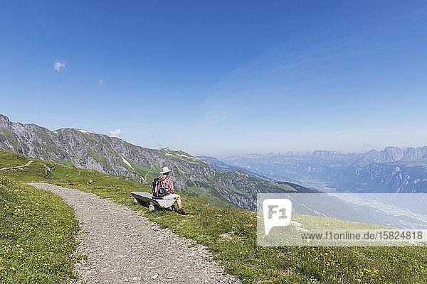 Schweiz  Kanton St. Gallen  Glarner Alpen  Mann bei einer Rast auf dem Panorama-Wanderweg in der Tektonikarena Sardona
