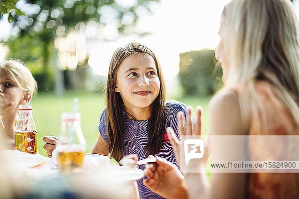 Porträt eines lächelnden Mädchens auf einer Geburtstagsfeier im Freien Porträt eines lächelnden Mädchens auf einer Geburtstagsfeier im Freien
