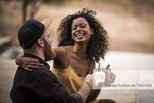 Glückliches Paar trinkt frischen Eistee