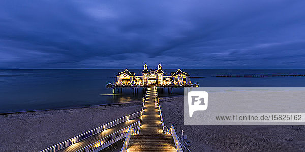Deutschland  Mecklenburg-Vorpommern  Insel Rügen  Sellin  Leuchtmole auf See in der Abenddämmerung