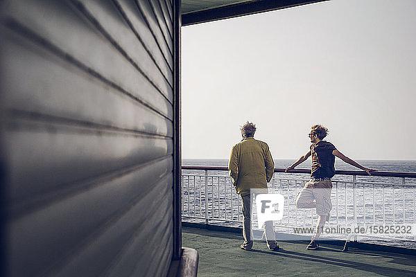 Vater und Sohn stehen auf einer Fähre  Kanarische Inseln  Spanien