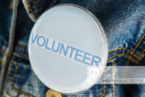 Nahaufnahme eines Knopfes an der Jeansjacke von Volunteer