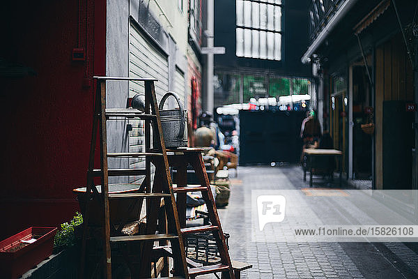 Alte Leiter steht auf dem Pariser Flohmarkt Alte Leiter steht auf dem Pariser Flohmarkt