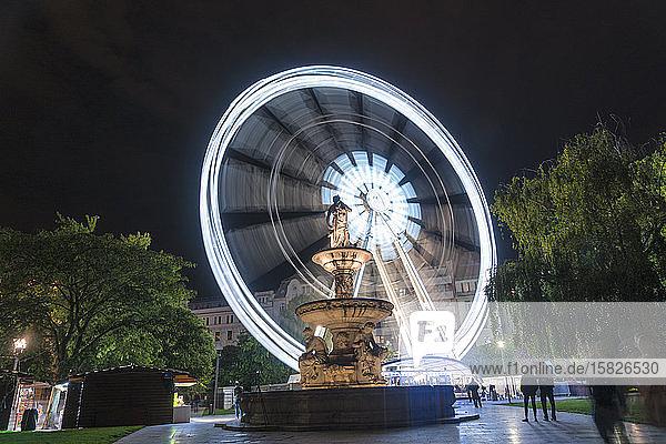 Danubiusbrunnen bei Nacht mit dem Budapester Auge  Riesenrad bei Nacht