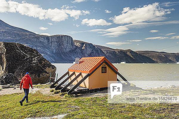 Alpinist nähert sich der Notunterkunft am Nord-Pangnirtung Fjord