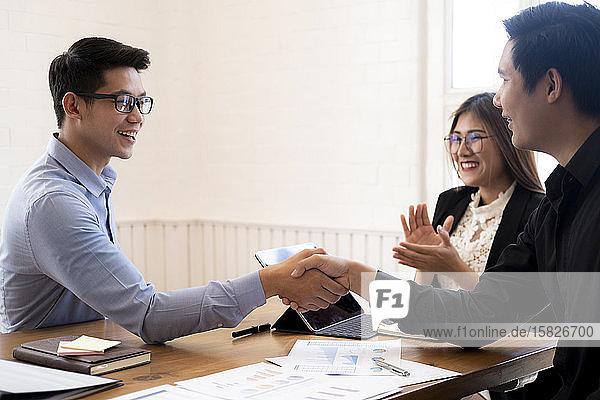 Geschäftsleute schütteln sich nach einem guten Geschäft die Hände.