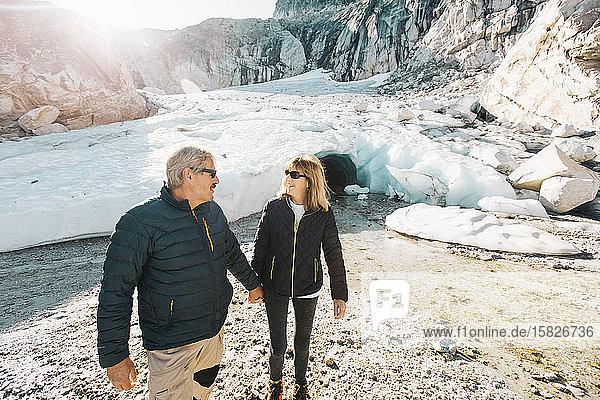 Ehepaar im Ruhestand genießt das Leben bei einem Ausflug in die Eishöhle.