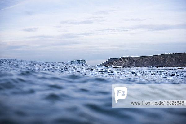 Wellen und Surfen im Baskenland Spanien