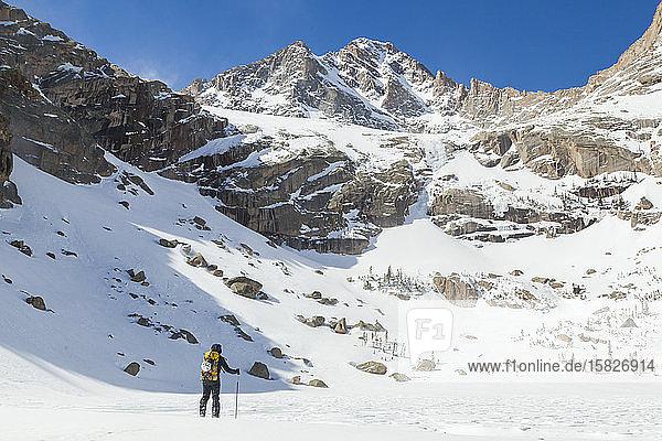 Frau wandert über den gefrorenen Schwarzen See  Rocky Mountain-Nationalpark