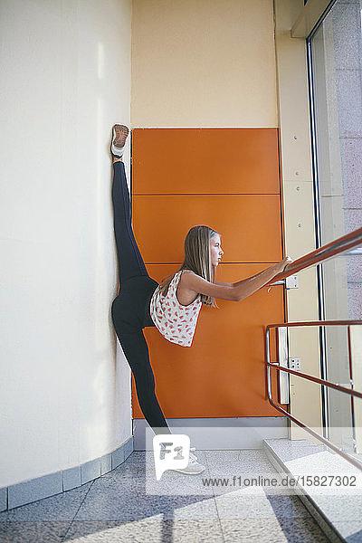 Athletische Frau  die ihre Beine streckt