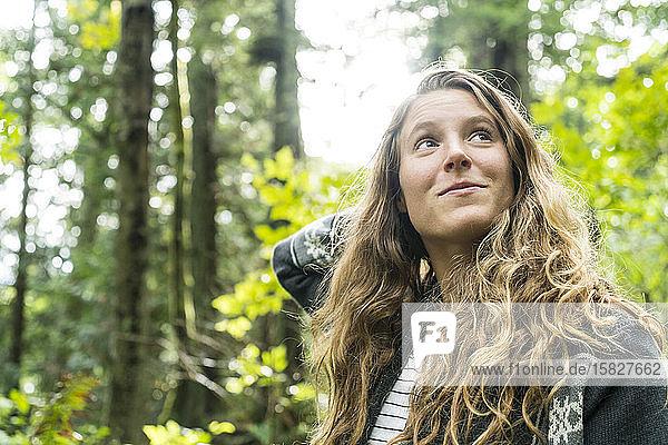 Porträt eines jugendlichen Mädchens im Wald bei Clayton Beach