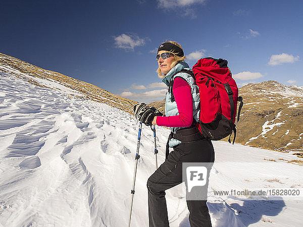 Schnee  der von einem starken Wind geformt und verschüttet wurde  als er fiel  oberhalb des Wrynose Pass im Lake District  Cumbria  Großbritannien  mit einer gefallenen Wanderin.