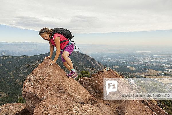 Frau balanciert auf den Gipfel des Bear Peak über Boulder  Colorado