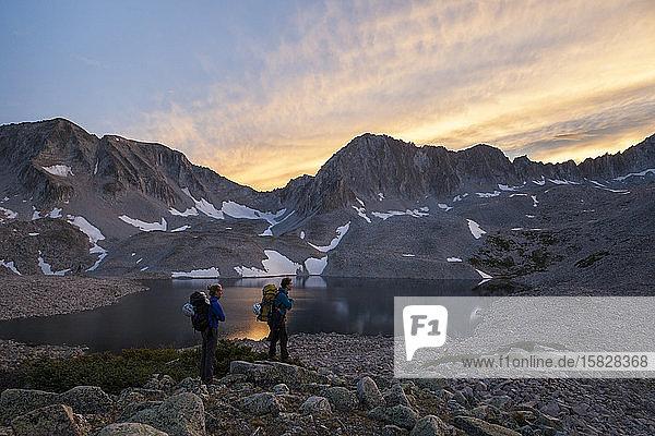 Wandererinnen beobachten den Sonnenuntergang von den Pierre Lakes  Elk Mountains  Colorado