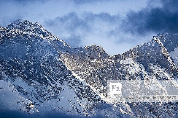 Mount Everest durch die Wolken gesehen  Region Khumbu  Nepal Himalaja