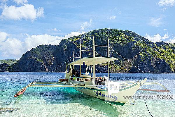 Auslegerboot vor Anker am Strand von Talisay  Tapiutan-Insel  Philippinen