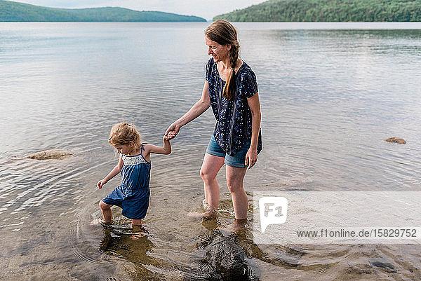 Eine Mutter und ihre Tochter während einer Reise zum See.